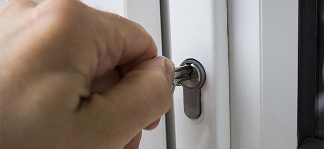 玄関の鍵が回らない! 【応急処置と故障防止】