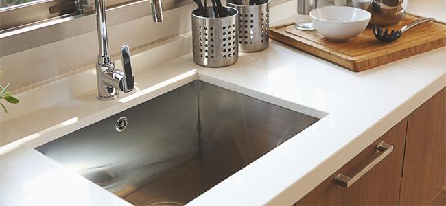キッチンの排水溝が流れにくい! 原因と対処法は?