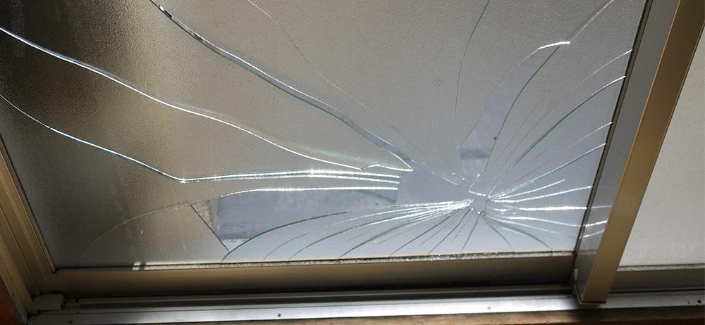 ひび割れたスモークガラス