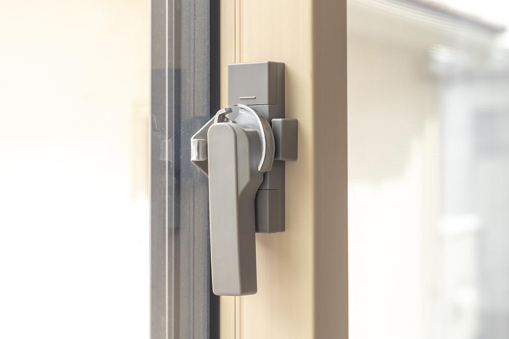 窓のクレセント錠のガタつきは早めに調整しよう